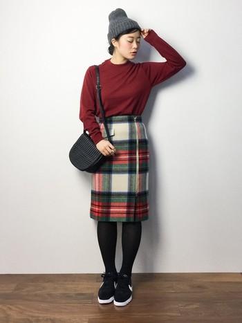 チェック柄のタイトスカートは文句なくかわいい!履くだけでスカートが主役になっちゃいますね。ぜひ、デートに着て行きたいコーディネートです。