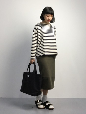 ミモレ丈のタイトスカートはショートブーツと合わせたり、こんなふうに靴下×サンダルで楽しめてGOOD。春にはこんなコーデをしてみたいですね。
