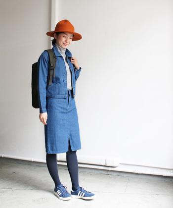 デニムonデニムのコーデ。足元をスニーカーにしてカジュアルに。でもハットできちんと感も出してお出かけもOKといった感じでしょうか。薄手のデニムスカートはこれからの時期重宝しそうです。