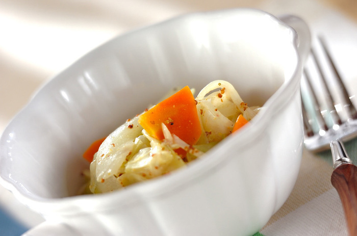 水洗いした野菜をカットしてレンジでチン。マスタードソースを絡めてできあがり!15分足らずのスピード料理です。