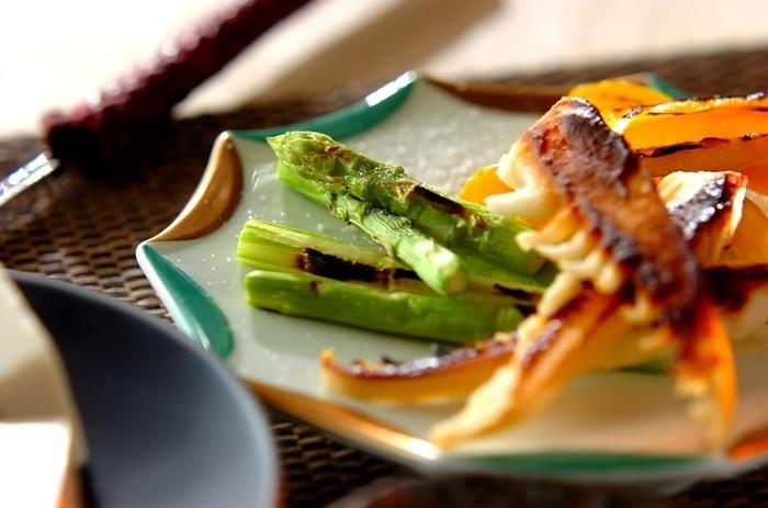 グリルでさっと焼きあげると、味噌を塗ったタケノコはほっくり香ばしく、岩塩を振っただけの野菜は素材本来の美味しさが引き立ちます。お箸が進むメニューです♪