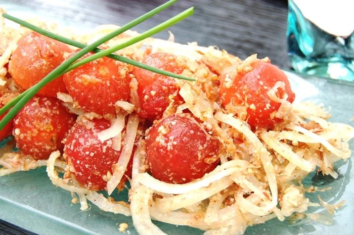 甘いプチトマトと玉ねぎの辛味の組み合わせを、こぶ茶と鰹節と胡麻のミックスが引き立ててくれます。