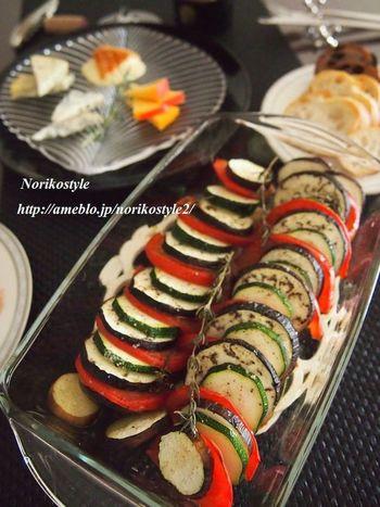 夏野菜の重ねオーブン焼き  お好みでチーズを加えても美味しいです。 出た水分をバゲットに浸して食べても!