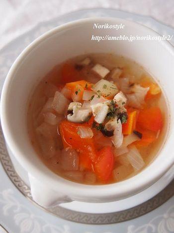 野菜を蒸し煮にして、うまみを引き出してから、だし汁を加えます。