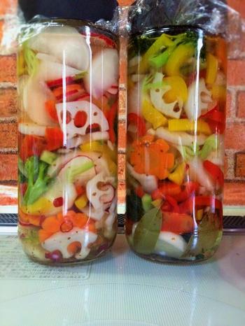 ブロッコリー・カブ・人参・パプリカ・レンコンのとりあわせが何ともカラフル♪季節の野菜を使って、常備菜に。 ※人参など、固い野菜はあらかじめ下茹ですると漬かりやすくなります。