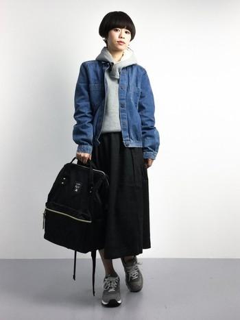 デニムジャケットと合わせれば、カジュアル感がぐっと増します。ふんわりしたスカートスニーカー、バックパックの組み合わせで女の子らしいカジュアルスタイルの完成です。