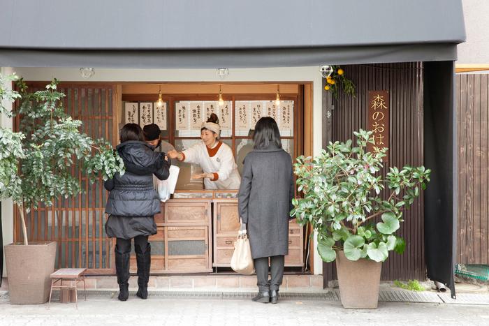 大阪・岡町にある「森のおはぎ」。小さな店舗にはお客さんがひっきりなしに訪れます