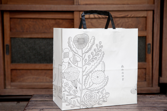 鹿児島睦さんが原画を描いた手提げ袋