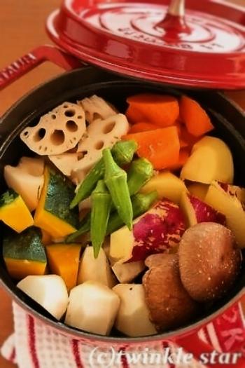 ストウブ鍋ならではの無水調理の例です。 オリーブオイルを敷いた上に野菜をギッシリ詰め込み、ゲランド塩をパラパラ。中火で20分蒸し煮をすると…↓↓↓