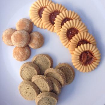 ひまわりのようなクッキーはアルル。真ん中はアーモンドキャラメルのヌガーのようなもの。左のまるっこいクッキーはきな子、下は紅茶のクッキーです。ほろほろさっくりとした食感がポイント。