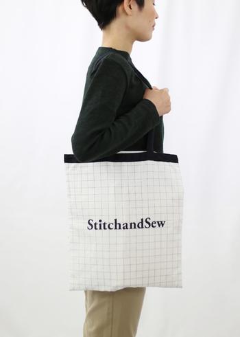 StitchandSew(スティッチアンドソー)のロゴがプリントされたバッグはシンプルでインテリジェンスな印象に。A4サイズのファイルもばっちり入って使用感も良し。