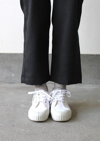 白いスニーカーが黒いパンツによって引き立てられて目立っています。シンプルな色使いの中でしっかりとしたメリハリが可愛さの秘訣。