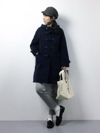 クラシカルなファッションにぴったりのキャスケット。シンプルなダッフルコートにハンパ丈パンツ、ローファーといったコーデがとってもオシャレに変身します。
