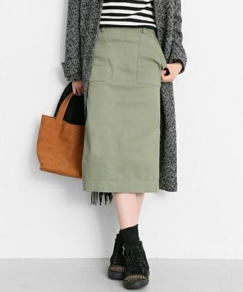 だぼっとシルエットのスカートはゆるコーデやリラックスコーデにぴったりで履きやすいのですが、たまには、もっと女性らしいコーディネートに挑戦したいかも?と思ったら、タイトスカートを投入してみましょう。