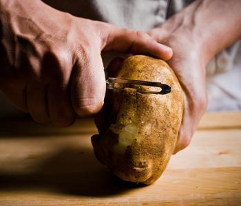 調理に手間がかかる根菜や豆類は、栄養たっぷりと分かっていても、おうちで料理するには敬遠しがちですよね。でも〈おかず畑〉にはそんな食材を使ったお惣菜も充実しているんです。