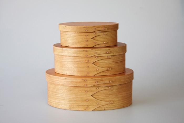 高い完成度と洗練されたデザインを持つシェーカーオーバルボックスは、1790年代NY州のシェーカー教徒によって作られ始めたと言われています。