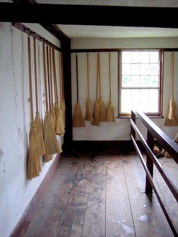 生活を送るのに必要なものは、全て自分たちの手で作ることが基本。 不必要な装飾を無くし機能を追求した結果、機能的で美しいデザインが高いレベルで融合したのです。 当時、円柱型が主流だったアメリカの箒に対して、家具の隙間やベッドの下の掃除が出来る平箒は、シェーカーが発明したとも言われています。