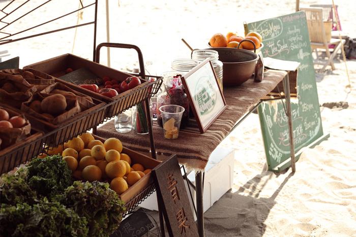 全国各地のイベントやフェスなどの会場を巡って、おいしい野菜を販売しています。画像は逗子海岸での販売の様子。潮風を感じる白い砂浜で新鮮な野菜を買えるなんてステキですね!