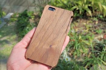 こちらはウォールナット材を使って作られていて、自然な木目調の風合いがとってもオシャレです。メンズにもおすすめ。