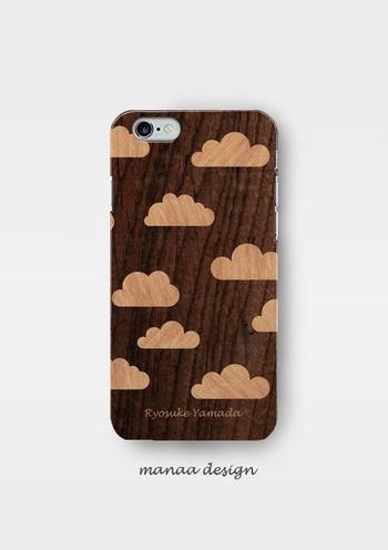 こちらはプラスチック製の寄木細工風ケース。雲の模様が可愛いらしいのに、木目でどこか大人っぽい。名入れもしてくれるそうです。