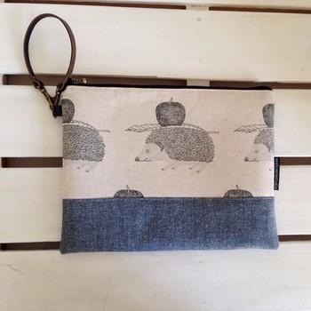 バッグとしてもタブレットケースとしても使えるクラッチバッグ。はりねずみとりんごが可愛い。