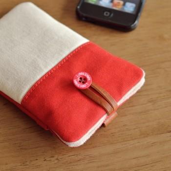 まるでキャンバスバッグ!裏面にはポケットがついていて、イヤホンやタッチペンなどの収納に使えるそうです。