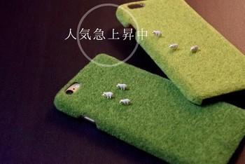 よく見ると芝生の上に動物(子豚)が…!
