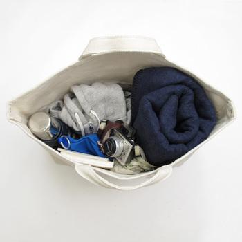 大きめサイズには、ちょっとした旅行の時に必要なものを沢山入れられて便利です。