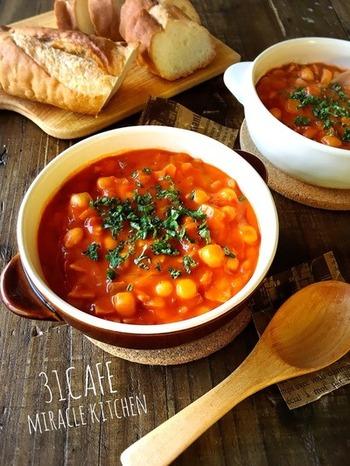 トマト缶をベースにした具沢山のシチューは、水分が少ないので濃厚な味わいです。最後に生クリーム(もしくは牛乳)を加えると、酸味がマイルドになって食べやすくなりますよ。