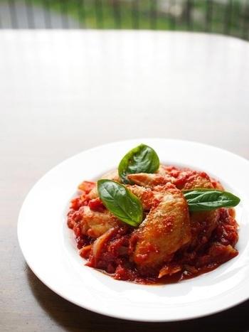 フライパン一つで出来るトマト煮は、鶏もも肉や手羽先を使うのがおすすめです。砂糖を加えるとマイルドな味になるそうですよ。バジルの飾り方もおしゃれですね♪