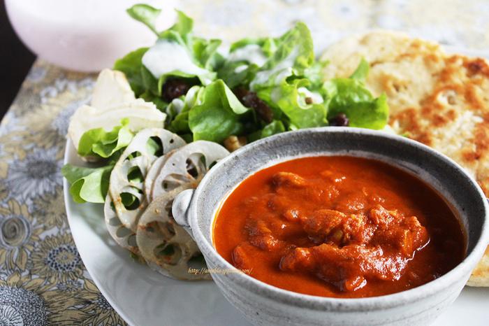 本格的なチキンカレーも、トマト缶を使って煮込むと時間を短縮できますよ。鶏胸肉はヨーグルトに漬け込んであるのでしっとりやわらか。カレー粉・鶏がらスープ・ウスターソースなど、身近な調味料で出来てしまうのが驚きです。