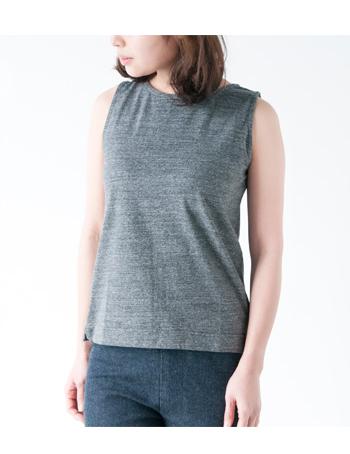 希少価値の高いタンギス綿を使用したタンクトップ。ふんわりとした肌さわりでストレッチ性がきいていて、着心地バツグン。ネックラインや袖周りの露出が少ないので1枚でも着られます。