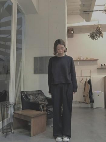 スニーカーまで黒のコンバースで合わせた、オールブラックコーデ。とってもシンプルな組み合わせだからこそ、着る人のサイズ感が大事になってくるスタイルですね。
