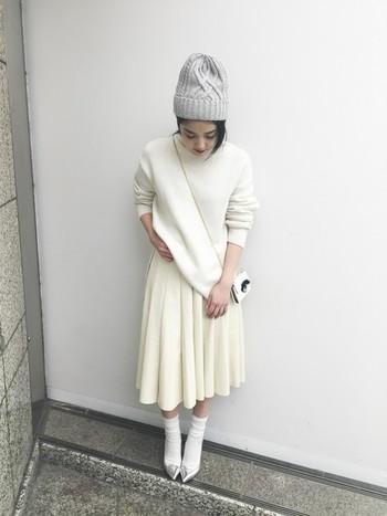 ニットもプリーツスカートも靴下も全部白!春先まで、着られるような可憐な着こなしですね。デートにもこんな可愛いスタイルで行ったら、いつもの自分とはまた違った私が発見できるかも♪