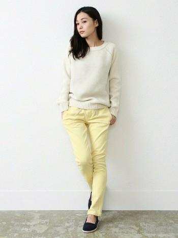 春色の黄色なら、思い切ってパンツに取り入れてもとってもナチュラルな雰囲気です。