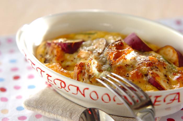 れんこん、さつまいも、きのこ。ごろごろ入った素材が見た目にもおいしそう。食欲をそそります。パイ生地などは使わず、具材を炒めて、卵液(キッシュ液)を注いで、オーブンで焼きあがるだけ。手軽なのに、立派なメイン料理に。お家にある根菜類でアレンジしてみてもよさそうです。