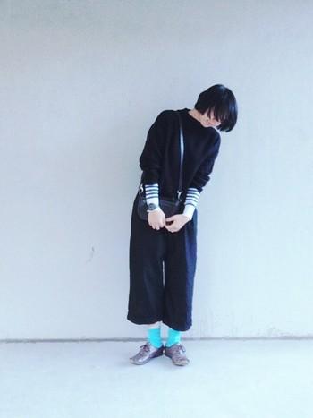 鮮やかなブルーソックスをアクセントにした時には、バッグも黒で洋服と馴染ませるのが◎