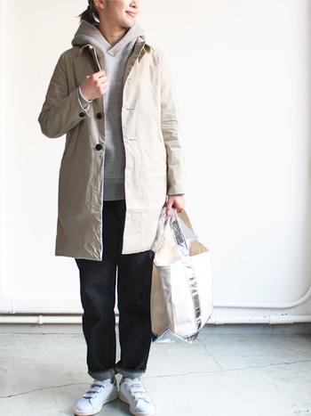 シンプルで素朴なコーディネートを飾る白のバック。シルバーのラインが輝いてスタイリッシュな印象に。