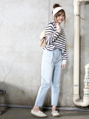 カジュアルなスタイルに白いターバンが女の子らしさをアップさせてくれます。シューズも白を選ぶことで全体的に透明感がでて、やわらかい印象に。