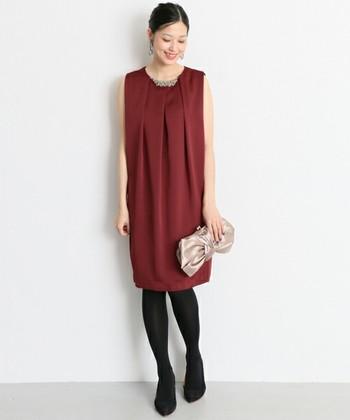 カラードレスは落ちついた色味がいいでしょう。派手なカラーは悪目立ちしてしまう可能性があるので注意が必要です。