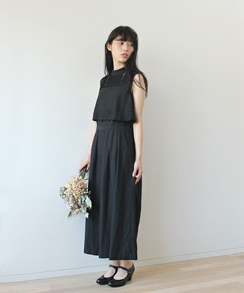 ブラックドレスはちょっと凝ったデザインで華やかさを出しましょう。