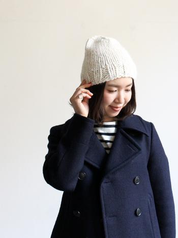 太めの毛糸でざっくりとした編み目から暖かさが伝わるニットキャップ。かっちりとした印象のネイビーのピーコートと合わせても、重くなりすぎずかわいい印象になります。