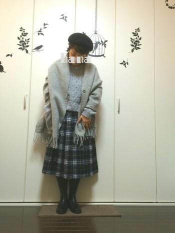 グレーのニットにチェックのスカート。甘くなりそうなコーデもブラックのベレー帽で引き締めて、大人のガーリースタイルのお手本ですね。