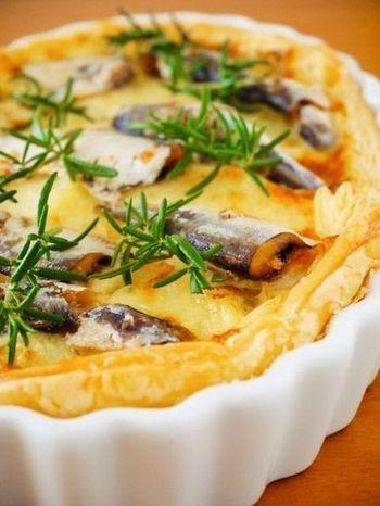 『オイルサーディンチーズパイ♪缶詰おつまみ簡単レシピ』  風味の強いオイルサーディンを使ってお手軽にパイを手作り。手が込んでいるように見えるのに、冷凍パイシート&缶詰を使って簡単にできます。