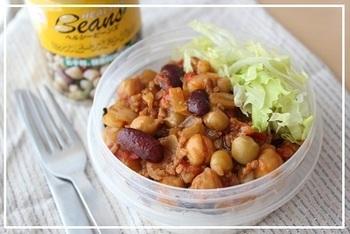 『簡単弁当!ミックスビーンズ缶詰で♪チリコンカン弁当』  ミックスビーンズの缶詰を使ってチリコンカンを。野菜もお肉も入っているので、バランスのとれたお弁当に!ご飯との相性も◎