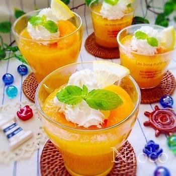 『甘さ控えめ♡丸ごとみかん缶詰のアガーゼリー♬』  やわらかくふるふるでなめらかな食感が特徴の「アガー」を使ったゼリーのレシピです。みかんだけでなく、パインや黄桃、白桃など、どのフルーツの缶詰でもおいしくできますよ。