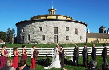 美しい建物の前で、結婚式を挙げる人も。