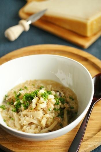 きのこの和風味噌雑炊。きのこと味噌の相性も抜群。きのこ類がちょっと余っちゃった、なんてときなどにも活躍してくれるレシピです。