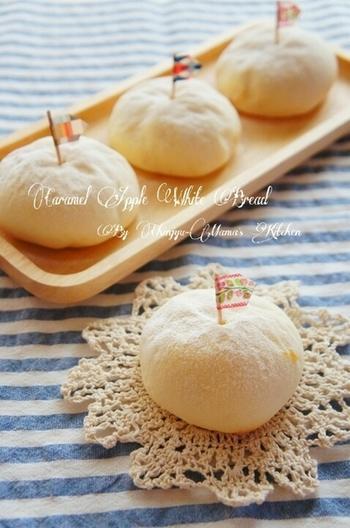 りんごを甘く炒めたキャラメリゼが中に入った、手の込んだパンです♪でも、イーストの発酵をレンジで促進するレシピなのでこねずに簡単、思ったより短い時間で出来てしまいます!