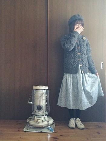 ニットと同色のベレー帽をもってくることで、統一感のあるコーディネートに。リバティ柄のスカートをあわせると、やわらかで爽やかな印象になりますね。